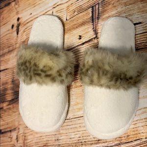 Pottery barn slippers size medium